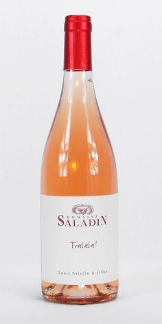 http://made-in-french.com/marques/domaine-saladin  Rosé blagueur, mais pas que... Son fruité ravira vos papilles par une fraîcheur toute provençale que l'on retrouve habituellement sur des rosés bien plus au sud, tout près de la mer. Agréable au nez, il ne vous cassera pas la tête et vous garantira une sieste au réveil facile. Nous c'est autant à l'apéro que sur une salade de tomate accompagné de grillades.