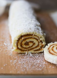 Perfect for Sunday Dulce de Leche Roll. Cake Roll Recipes, Fun Baking Recipes, Cooking Recipes, No Bake Desserts, Dessert Recipes, Chilean Recipes, Chilean Food, Pan Dulce, Xmas Food