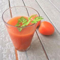 2 tomates rojos grandes pelados - 2 tallos de apio - Una buena rama de perejil - El zumo de 1 limón - Sal y pimienta (si no le pones sal será más diurético Healthy Juices, Healthy Drinks, Kiwi, Cantaloupe, Smoothies, Beverages, Fruit, Desserts, Recipes