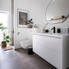 """Svane Køkkenet on Instagram: """"Hvide elementer i badeværelset står i smuk kontrast til mørke fliser og personlig styling med sorte detaljer, nøje udvalgt interiør og…"""" Bad Inspiration, Bathroom Inspiration, Interior Inspiration, Shower Soap, Bedroom Loft, Engagement Ring Cuts, Clawfoot Bathtub, Double Vanity, Interior Design"""