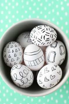 Sharpie Easter eggs: 19 of the coolest no-mess decorating ideas - Black-and-white Sharpie Easter eggs from Paper & Stitch - White Sharpie, Making Easter Eggs, Easter Egg Designs, Easter Ideas, Easter Games, Diy Ostern, Egg Art, Hoppy Easter, Easter Party