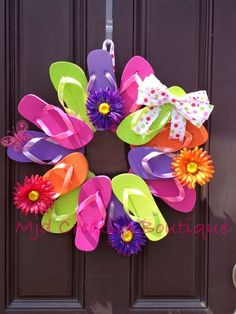Flip Flop Wreath Perfect for Summer Decor by MJDcreativeboutique Mmm also perfect to use up all those single jandels from a busy puppy Summer Deco, Cute Crafts, Crafts To Do, Diy Crafts, Wreath Crafts, Diy Wreath, Wreath Ideas, Holiday Wreaths, Holiday Crafts