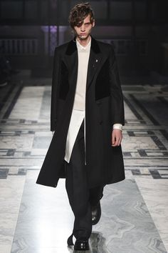 London fashion week  Alexander McQueen winter- autumn collection  Men - menswear - fashion - trends - runway - Lfw - style - homme - couture - moda - masculina - men's - fashionista - trending - black - white - shoes - coat
