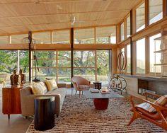 茶色のチェアと、ベージュのソファー。ウッドのテーブル。天井にシーリングファンが付いています。