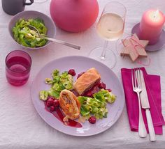 Kürbis, Lauch und Maronen spielen das Hauptthema im Blätterteigstrudel, zart gebratener Rosenkohl und Kirsch-Portwein-Sauce tanzen drum herum.