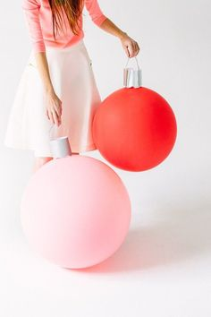 These supercute DIY ornament balloons will make you want to throw a holiday party just so you can decorate with them.  Source: Studio DIY