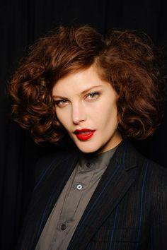 Las melenas rizadas vuelven a estar de moda. La tendencia curly se impone para dar volumen a tu cabello. Repasamos cómo lucir la melena rizada esta temp...