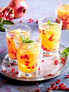 Weihnachtlicher Cocktail mit Granatapfel und Orangensaft