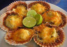 Conchitas a la parmesana! Baked scallops with parmesan cheese, butter, salt, pepper & lemon mins @ and delicious! Uncle uses WHITE pepper (no salt) and a of white wine drizzled over the top prior to baking. Peruvian Dishes, Peruvian Cuisine, Peruvian Recipes, Chilean Recipes, Chilean Food, Seafood Recipes, Cooking Recipes, Baked Scallops, Comida Latina