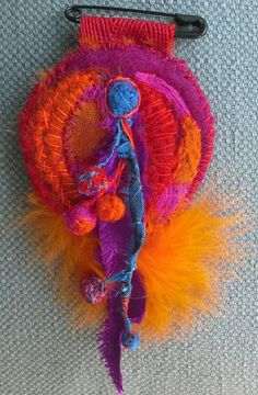 Broche Textile Ethno Chic par VeronikB sur Etsy. Love the bright colours used here - Curleytop1.