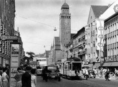 die KarlMarxStrasse in Neukölln am Rathaus mit Verkehr August 1958