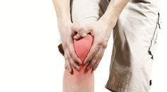 Bolesti kolien sa už dávno netýkajú iba starších ľudí a športovcov. Prečítajte si, aké domáce recepty vám môžu s bolesťami pomôcť.