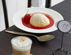 Heiß serviert lockt die Dampfnudel das Erdbeeraroma der kühlen Sauce besonders hervor.