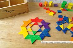 Ein etwas komplexerer Stern, der nur aus farbigen Dreiecken der Spielgabe 7 nach Fröbel besteht- mathematisch und künstlerisch interessant!