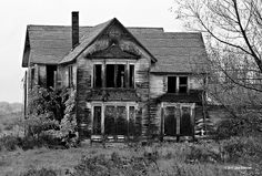 Abandoned house Knoxville black and white Abandoned Property, Old Abandoned Houses, Abandoned Mansions, Abandoned Buildings, Abandoned Places, Old Houses, Abandoned Castles, Really Scary Stories, Scary Houses