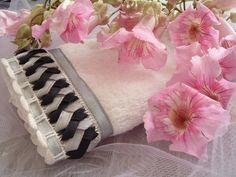 Toalla bordada en cinta LAZOS GE modelo Belén gris