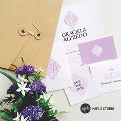 Sobre kraft, invitación morada - Kraft envelope, purple invitation