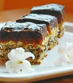 Mod de preparare Prajitura cu ciocolata alba si nuci caramelizate: Blat: Albusurile se bat spuma tare cu un praf de sare. Se adauga zaharul si se bat pana se obtine o spuma tare si lucioasa, ca pentru bezea. Faina o amestecam cu nuca macinata si praful de copt, apoi o …