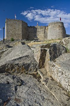 CASTLES OF SPAIN - Castillo de Ledesma. Es una fortaleza del siglo XII ubicada en la localidad salmantina de Ledesma. La construcción original fue mandada construir por Fernando II de León en el siglo XII, aunque el castillo actual es del siglo XV. La fortaleza perteneció a la corona, y fue cedida a  don Beltrán de la Cueva, valido de Enrique IV de Castilla, primer duque de Alburquerque, a quien se la entregó junto con el título nobiliario de Conde de Ledesma.