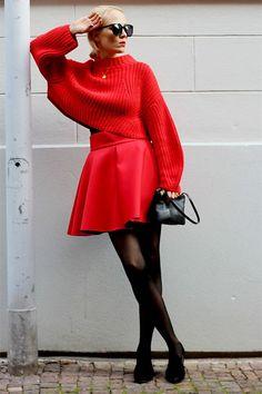 Setzt ein Signal: Bloggerin Kathrin von Wunschfrei kombiniert für ihren Street-Style Ton in Ton (Pullover und Neopren-Rock in Rot beides von H&M Trend). Dazu trägt sie schwarze Strumpfhosen und flache Schnürer (von Acne Studios).Hot or Not?