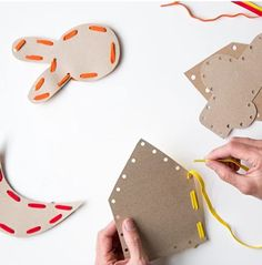 Jouets zéro déchet : des idées de bricolage en carton pour les enfants - Marie Claire Sewing For Kids, Diy For Kids, Crafts For Kids, Diy Montessori Toys, Diy Pour Enfants, Lacing Cards, Easy Crafts To Make, Cardboard Art, Toddler Learning Activities