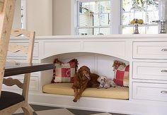 Seu cãozinho adora dormir em cima da cama? Arruma uma casinha para ele, mas pertinho de você. Este criado-mudo da marca americana DenHaus é perfeito para manter seu bichinho por perto
