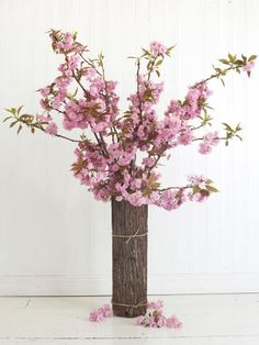 Japanese painting is the inspiration for this stunning yet simple celebration of spring: an informal, front-facing vase arrangement that looks like a tree in bloom. This design suits a large, airy hall, living room, porch or lobby.