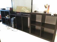 60€ SANTIAGO Moble de salón feito con 2 módulos de Ikea e 1 módulo central caseiro, cor negra. Os módulos laterais teñen 79 cm de ancho e o central 1 metro. Fondo 39 cm. Marcas de uso e falta algún parafuso orixinal que se cambiou por parafusos normais.