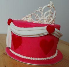 Gâteau à 2 thèmes pour une mère et sa fille de 1 an - côté princesse avec couronne en glace royale / 2 themed cake for mother and 1 year old daughter - princess side of theme with crown made in royal frosting
