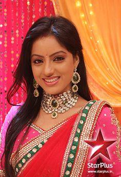 Emrald kundan set makes Sandhya look like a princess.