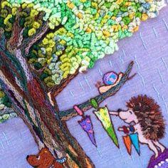 刺繍*クローズアップ 木の幹も枝も葉っぱも刺繍するのが大好きです。 特に木の幹は、近くで見ると思いもよらない色が隠れてます。 絵の具を混ぜる様に刺繍するのがおもしろいかも( •ॢ◡-ॢ) 葉っぱは、フレンチノット?ステッチでしたか? くるくる針に糸を巻いて引き抜くやつでとにかく地道に埋めていくのが楽しいですよ〜(´∀`) 雨宿りの風景です。 ハリネズミくんは、みんなの傘をほしています。 #刺繍 #手作り #ステッチ #オリジナル #ハンドメイド #さをり #ポーチ #handmade #イラスト #はりねずみ #刺し子 #アップリケ #embroidery #カラーリネン #handwork #木 #フレンチノット