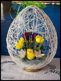 DIY Easter Egg Basket from Thread « Diy Decoration 2019 Easter Flower Arrangements, Easter Flowers, Easter Egg Crafts, Easter Projects, Easter Egg Basket, Easter Eggs, Diy And Crafts, Crafts For Kids, Burlap Crafts