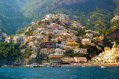 Włoskie wybrzeże Amalfi kusi niesamowitymi widokami, lazurem nieba i morza oraz urokliwymi, zawieszonymi na skałach miasteczkami.