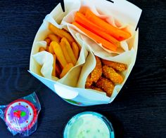 crochete de pui cu susan, cartofi prăjiți, morcobețe , sos tzatziki +  o jucărie cadou