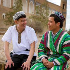 Dos hombres con sus trajes tradicionales