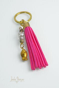 Schlüsselanhänger / Taschenanhänger in gold, pink mit Quaste, Perlen & Fisch-Anhänger // Keychain /Bag charm gold tassel, pearls, fish charm von byJadaDesigns auf Etsy