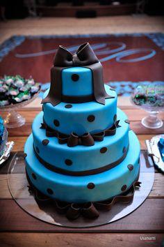 Bolo de casamento azul e marrom, de bolinhas e com lacinhos. Amamos!