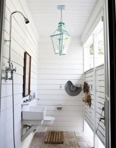 Outdoor shower to feel more roomie against our tiny house. Farmhouse Style, Two Ways Outdoor shower, pretty light. Love this outdoor shower. Outdoor Baths, Outdoor Bathrooms, Outdoor Rooms, Outdoor Living, Outdoor Showers, Outdoor Toilet, Outdoor Shower Enclosure, Outside Showers, Outdoor Office