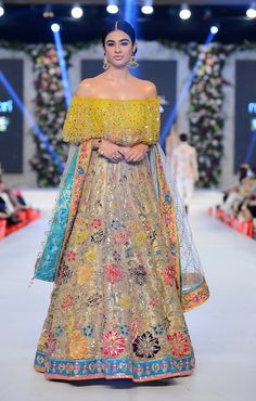 -Bridal Lehenga Store flawlessly modernise Indian costumes and patterns for the millenial Bride. Mehendi Outfits, Bridal Outfits, Bridal Dresses, Mehndi Dresses 2016, Pakistani Dresses, Indian Dresses, Indian Outfits, Pakistani Suits, Indian Clothes