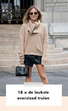Wie mooi wil zijn, hoeft allang geen pijn meer te lijden. Comfort is wat we willen en dan zit je met een oversized trui altijd goed.  De trends liegen er niet om: oversized is wat we willen. Van blazer tot jeans, van T-shirt tot trui. En die laatste zetten we vandaag in de spotlights. Want de oversized trui is ongekend populair.  Herfst | Winter | Lente | Zomer | Fashion | Mode | Streetstyle Trends | Fashion Week | 2020 | Oversized | Tr | Inspiration | Inspiratie | More On Fashionchick T Shirts, Tommy Hilfiger, Fall Winter, Hoodie, Sweater, Chic, Outfits, Style, Fashion