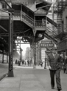 The Third Avenue elevated railway at Street, New York City. New York Pictures, New York Photos, Old Pictures, Old Photos, Vintage Photos, Cover Photos, Vintage New York, Urban Photography, Street Photography