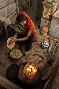 """Somewhere in the vast and barren desert of Rann of Kutch in western Gujarat, a lady prepares roti for lunch for her family."" (photo by Sahil Lodha) Cultures Du Monde, World Cultures, Gangtok, Varanasi, Gente India, Bhutan, Pakistan Reisen, Nepal Tibet, Nova Deli"
