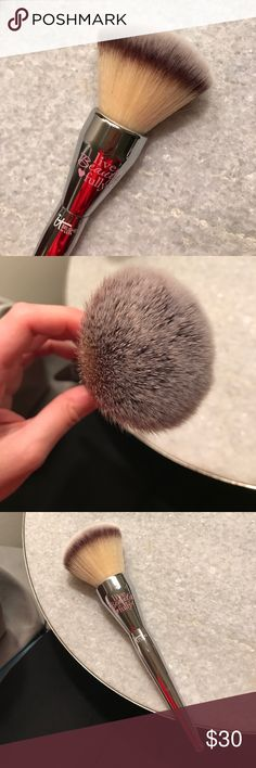 It Cosmetics large powder brush Used once, like new. It Cosmetics Makeup Brushes & Tools