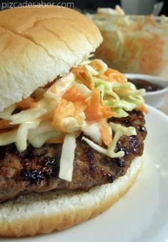 Hamburguesa de cerdo BBQ con ensalada de col cremosa