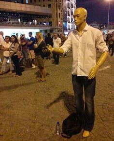 Harikasınız :) Taksim'de #durancansızadam binlerce canın fikri abidesi! Sessiz direniş: gör beni, burdayım...