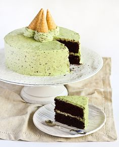 Mint chocolate chip cake: This would be fabulous for a birthday! I love that the frosting really looks like mint chocolate chip ice cream. Menta Chocolate, Chocolate Chip Cake, Mint Chocolate Chips, Peppermint Chocolate, Baking Chocolate, Chocolate Ganache, Chocolate Cupcakes, Cake Frosting Recipe, Frosting Recipes