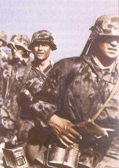 Soldaten der Waffen-SS in typischer Fleck-Tarnung-color photo