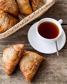 174 отметок «Нравится», 9 комментариев — Катя Деружинская (@deruzhinsky) в Instagram: «Утренние плюшки 😅🙈» Tea Cups, Folk, Tableware, Dinnerware, Popular, Dishes, Fork, Place Settings, Teacup