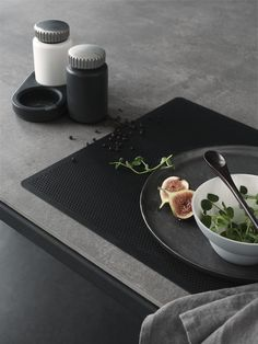 A black table setting | VIPP