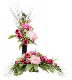 Kompozycja nagrobna z bukietem. Modern Floral Arrangements, Flower Arrangement Designs, Flower Arrangements, Funeral Flowers, Ikebana, Bonsai, Floral Wreath, Wreaths, Cemetery
